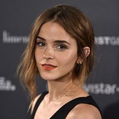 Emma Watson is championing Gloria Steniem's new book with her feminist book group. Marisa Bate celebrates how Emma and Gloria are sharing their feminist force with the world Emma Watson Linda, Style Emma Watson, Emma Watson Belle, Emma Watson Estilo, Emma Watson Beautiful, Most Beautiful, Emma Watson Hair Color, Emma Watson Short Hair, Emma Watson Makeup