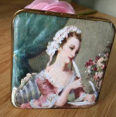 Gwenda Made In England British Powder Compact. Lipstick Holder, Vintage Bar, Royal Doulton, Mirror Mirror, Cool Toys, 19th Century, Compact, Powder, British