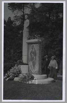 Koningin Wilhelmina leest de inscriptie op de achterzijde van het monument: 'In eerbiedig dankbaar gedenken aan Koningin Emma, Hooge Ambachtsvrouwe van Baarn, 23-11-1890 - 20-3-1934'
