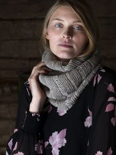 This simple cowl features lace-like details . This simple cowl features lace-like details … This simple co Easy Knitting Patterns, Arm Knitting, Knitting Projects, Knitting Ideas, Cowl Scarf, Knit Cowl, White Lace Boots, Lace Boot Socks, Garter Stitch