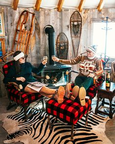 Have you visited the Veuve Clicquot Après Lounge at The Montage Deer Valley! The mountain chic decor is styled by Gorsuch Home. Relax next… Ski Style, Lodge Style, Theme Nouvel An, Couple Look, Ski Bar, Ski Lodge Decor, Westerns, Ski Holidays, Classy Girl