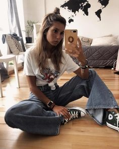 10 Spring Jeans para darle un descanso a tus Skinny - You are in the right place about fashion outfits Here we offer you the most beautiful pictures abo - Mode Outfits, Fashion Outfits, Retro Mode, Vetement Fashion, Mein Style, Outfits With Converse, Converse Style, T Shirt Designs, Cute Casual Outfits