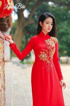LÀM SAO ĐỂ CÓ THỂ TRẢI NGHIỆM ĐƯỢC HẾT CẢNH ĐẸP? Trong một đời người, THẬT KHÓ để chúng ta có đủ thời gian TRẢI NGHIỆM tất cả những cảnh đẹp tuyệt vời trên trái đất xanh tươi. Dù vậy, hãy cứ cho mình những cơ hội TẬN HƯỞNG sự diệu kỳ của cuộc sống này khi còn có thể. Ví như....một mẫu #Áodàicaocấp thôi cũng đủ.. Vietnamese Clothing, Vietnamese Dress, Vietnamese Traditional Dress, Traditional Dresses, Ao Dai Wedding, Cute Dresses, Prom Dresses, Dress Sewing Patterns, Beautiful Asian Girls