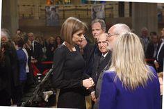 Doña Letizia ofrece sus condolencias a los familiares de las víctimas.