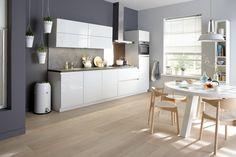 Kristalgrijze Sorrento Plus hoogglans keuken met keramieken keukenblad - De nieuwe trendkleur kristalgrijs is in deze keuken gecombineerd met een strak greeploos design. De 90 cm. brede bovenkasten zijn uitgevoerd met een luxe vouwklepdeur en bieden daarmee extra opbergruimte en comfort.