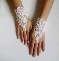 4123da2d31498 Ivoire mariage gants gants de mariée dentelle par GlovesByJana Gants De  Mariage, Coiffure Mariage,