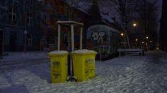 Gelbe Tonnen im Winter. Yellow wheelies. Düsseldorf, Kiefernstraße.
