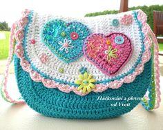 Háčkovaná kabelka pro malé slečny. Háčkovaná kabelka dle mého návodu. Skvělý dáreček pro každou princeznu. Zapínání na knoflíček, zdobená korálky, flitry, ucho dlouhé 75 cm. Materiál: 60% bavlna, 40% acryl Velikost kabelky: šířka 21 cm, výška 18 cm Kabelku si můžete vyrobit sami, dle mého návodu