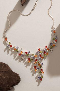 Unikátny náhrdelník Sybil, vyrobený v jednom jedinom kuse, odľahčí vaše myšlienky a presunie vás do raja, z ktorého vás nemôžu nikdy vyhnať. Ako je to možné? Dokonale zladené prírodné zafíry pastelovej farby sú usporiadané tak, aby každý jeden kvet evokoval nádhernú kvetinovú lúku. V strede každého kvietku sa pýši diamant. Navyše z diamantov sú vyrobené aj jemné lístky, ktoré celý florálny efekt ešte viac zvýrazňujú. Prečítajte si viac pikošiek k tomu jedinečnému dielu! Sapphire Diamond, Tassel Necklace, Glamour, Unique Jewelry, Color, Fashion, Moda, Fashion Styles, Colour