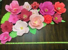 Papel flor Pack incluye: flores grandes de 3: 12 3 flores medianas: 10 8 flores pequeñas: 6 También incluye un surtido de hojas de diferentes formas y tamaños para llenar  * Nota: hojas será aleatoriamente a algunos flores *  Telón de fondo no está incluido, este listado es sólo para las flores. Se disponen en una matriz que mide aproximadamente 3,75 pies de ancho y 2 pies de alto.  Perfecto para el telón de fondo, decoración de mesa, decoración del corredor de la isla, mesas dulces, bodas…