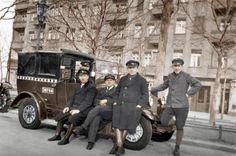 Taxi mit einer Gruppe von Taxi-Chauffeuren in Berlin.  Foto, undat. (um 1930); digital koloriert.