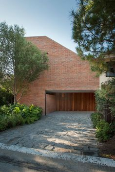 Casa Atlas, Zapopan, Mexico by EMP Arquitectos. Brick Detail, Brick Architecture, Brick Facade, Luxury Rooms, Brick Patterns, Courtyard House, Building Exterior, Village Houses, Tropical Houses