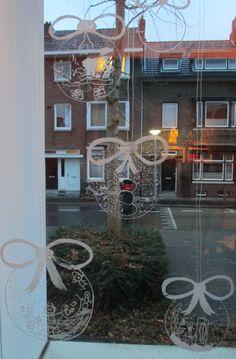Kerstballen tekenen op het raam met krijtstift en er door de kleuters een tekening in laten maken. Nutsschool Maastricht