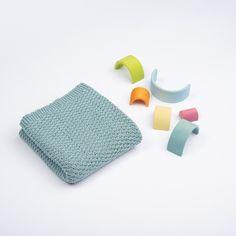 Fullborda Primula-setet med denna sköna babyfilt från samma serie. Filten stickas efter samma diagram som resten av Primula-serien, och ger det vackraste mönster. Stickfasthet: 26 maskor och 35 varv på 10 cm i mönster. Mått: Bredd: 75 cm, Längd: 75 cm. Mycket nöje! #hobbiidesign #hobbiiprimula #hobbiibabycotton Circular Needles, Knit Or Crochet, Beautiful Patterns, Free Pattern, Most Beautiful, Baby Shoes, Knitting, Sally, Rest