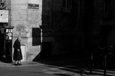 Black and White Street Photography in Bordeaux - Cautiously #blackandwhite #streetphotography #bordeaux