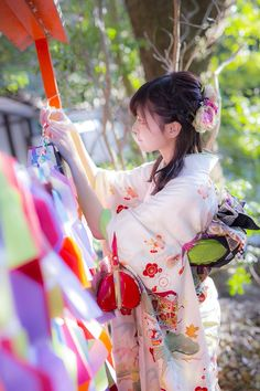 'one's first visit of the year to a shrine (temple)', a traditional custom of Japan. Japanese Costume, Japanese Kimono, Japanese Beauty, Asian Beauty, Japanese Lady, Yukata Kimono, Kimono Dress, Japan Girl, Japanese Outfits