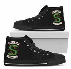 Eu quero!!!!!!!!!! Riverdale Shirts, Bughead Riverdale, Riverdale Funny, Riverdale Fashion, Riverdale Cole Sprouse, Riverdale Characters, Cute Sneakers, Portfolio, Custom Shoes
