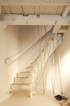 Tensioned rope bannister.