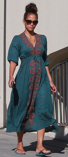 Unwinding: Halle Berry pampered herself at a West Hollywood nail salon on Wednesday in the first sighting since her reported split from British beau Alex da Kid Halle Berry Diet, Halle Berry Style, Estilo Halle Berry, Celebrity Feet, Celebrity Style, Pictures Of Halle Berry, Hale Berry, Pregnant Celebrities, Perfect Woman