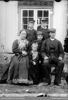 Mor og far med sine fire barn Far, Family Portraits, Norway, The Past, History, Family Pictures, Family Posing