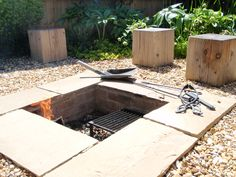 A tiny garden in Pamber Heath, Basingstoke, where the client wanted a sunken fire pit and lots of wooden cube seating for summer partying... by Elizabeth Dean Garden Design / U & I Garden