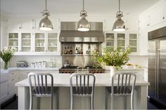 I never read blogs... except for one.  Stephmodo.  Her blog is similar to Printerest in that it gives women ideas to better their homes, spaces and wardrobes.  She even promotes her local favorites.  She's been into kitchens lately (haven't we all) and I love her example here.