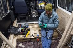 Valerio a lavoro nel furgone camperizzato con il kit della Kreg    #pockethole #foritasca #woodworking  #woodworker #diyhomedecor #diy #kregjig