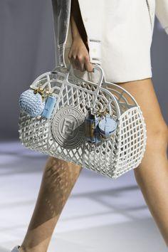 Fashion Wear, Fashion Show, Milan Fashion, Fashion Trends, Fashion Handbags, Purses And Handbags, Casual Chic Style, Spring Summer Fashion, Fashion Accessories