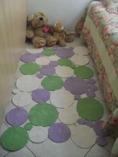 Tapete de barbante feito em croche em formato de bolas desiguais. <br>Pode ser feito nas cores que combine com sua decoração! <br>Ótima opção para quartos infantis! <br>Medida 1,40 por 0,90 <br>Pode ser feito em outras medidas,consultar preço.