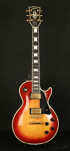 These electric gibson custom les paul are awesome. Gibson Les Paul Slash, Gibson Les Paul Faded, Gibson Les Paul Sunburst, Gibson Les Paul Tribute, Gibson Les Paul Studio, Les Paul Custom, Music Guitar, Cool Guitar, Ukulele