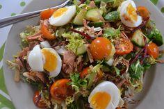 Tuna – Salad with Eggs schneller und einfacher Thunfisch Salat - perfektes und leichtes Lunch - bald auf meinem Blog:  1 Person: 1 Dose Thunfisch im eigenen Saft gemischter Salat nach Wunsch und Geschmack, in meinem Fall gemischte grüne Salatblätter, Rote Beete, Tomaten und Gurken Spargel aus dem Glas 2 hart gekochte Eier  Dressing: Balsamico, Salz, Pfeffer, 1 Spritzer Soja Sauce, und etwas Wasser