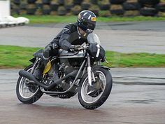 Damon Hill, 1962 Manx Norton - Damon Hill on a 1962 Manx Norton in the Lennox Cup, Goodwood Revival, Norton Bike, Norton Manx, Norton Motorcycle, Motorcycle Racers, Racing Motorcycles, Damon Hill, Goodwood Revival, Valentino Rossi, Cafe Racers