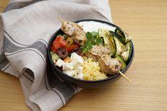 """Wir lieben Bowls! Einfach rein mit allem was wir mögen. Unendliche Möglichkeiten, jedes Mal ein Genuss. Diesmal haben wir als Thema für unsere Bowl """"Griechenland"""" gewählt und sie zum Beispiel mit Gurken, Oliven, Oregano Tsatsiki und Souvlaki gefüllt. ❤️ Feta, Cobb Salad, Risotto, Potato Salad, Potatoes, Ethnic Recipes, Greek Yogurt, Greece, Olives"""