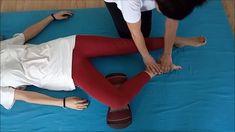 1º Exercise: Digitopressions on the plantar fascia Thai Yoga Massage, Foot Massage, Learn Thai, Acupressure Treatment, Reflexology Massage, Sciatica Pain, Sports Massage, Yoga Moves, Flexibility Workout