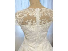 0ae01bd2db8f Krátké svatební šaty zdobené vyšívanou krajkou. korzetové celokrajkové  svatební šaty lodičkový výstřih a kratší rukávky