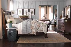 Love these colors with the dark wood. I could easily pull this off with my cherry sleigh bed.