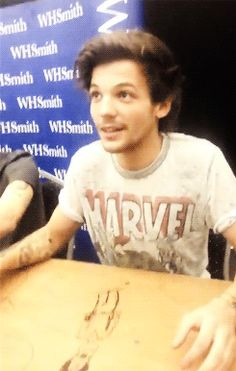 Louis Tomlinson {GIF} His smile is the.... It should win some kind Of award okay