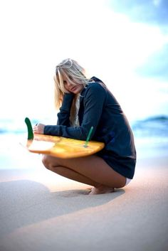 Cheveux longs surfing girl plage