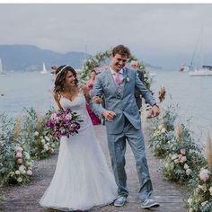 Noivo de tênis e com gravata combinando com o bouquet da noiva! ❤ Cada casamento é único e apaixonante! -> Inspiração linda do @zankyoubrasil. Vocês sabiam que nesse portal é possível criar o site dos noivos gratuitamente? Aproveitem para conhecer! #dreamteamberriesandlove #casamentonapraia #berriesandlove #beachwedding #noivos #onamorocomeçanocasamento