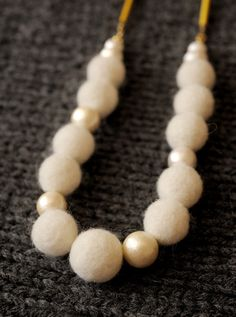 白いフェルト玉とコットンパールで作りました。雪のようにかわいいフェルト玉のネックレスは、セーターなどにとても映えます。フェルト玉はひとつひとつ手作りしています...|ハンドメイド、手作り、手仕事品の通販・販売・購入ならCreema。 Felted Wool Crafts, Felt Crafts, Beaded Jewelry, Handmade Jewelry, Felt Necklace, Felt Ball, Handmade Felt, Creema, Needle Felting