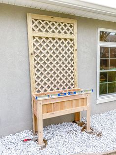 Easy raised planter box with lattice trellis - How to make Planter Box With Trellis, Raised Planter Boxes, Backyard Projects, Diy Projects, Woodworking Projects, The Woodhouse, Cedar Fence Pickets, Decoration Plante, Modern Office Design