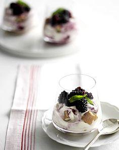 Brombeeren mit Joghurt und Cantucci - Frische Desserts mit Joghurt oder Quark - [LIVING AT HOME]