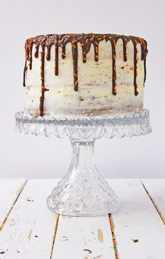 This Pumpkin Spice Latte Cake is a cake that contains fresh pumpkin, pumpkin spice and espresso powder to be the morning 'pick me up' you need on a cool, fall morning. Chocolate Almond Bark, Chocolate Espresso, Chocolate Desserts, Easy Desserts, Dessert Recipes, Fun Recipes, Pumpkin Spice Cake, Pumpkin Pumpkin, Easy Halloween Food