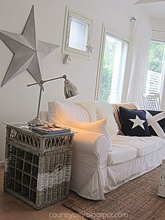 Scandinavian/New England style livingroom. love the star and the white mixed with rustic wood New England Decor, New England Homes, New England Style, Home And Living, Home And Family, Coastal Living, Country Living, Comfy Cozy Home, Hamptons Style Decor