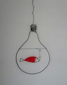 Ampoule et poisson rouge(suspension décorative) : Décorations murales par fil-et-mousse