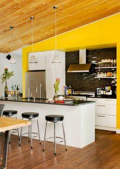 Wandfarbe Küche Gelbe Wände Dachschräge Schwarze Küchenrückwand Fliesen