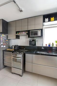 Esse apartamento de 55 m2 num antigo prédio no centro-oeste do Brasil, foi reformulado com pontos de cor para dar mais vida aos ambientes. Confira!