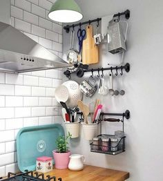 Ahorra espacio y gana estillo con estas ideas que van a llenar tu cocina de orden y de buen gusto. Aprovecha tus paredes y llénalas de vida... y de utensilios que tendrás siempre a mano.