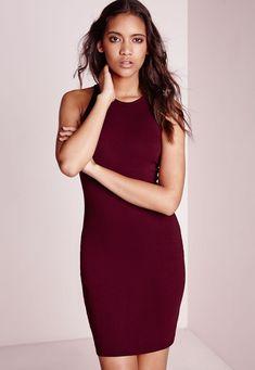 Une robe courte moulante, c'est LA pièce simple, indémodable, sexy et indispensable. Ce modèle flatteur en jersey bordeaux va faire des ravages cette saison. Portez-la avec des bottines et une veste en cuir pour un look tendance et flatt...