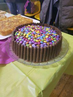 Golosissima torta per il compleanno della mia bambina..grazie Sonia!! Togo e smarties ripiena di crema al cioccolato!